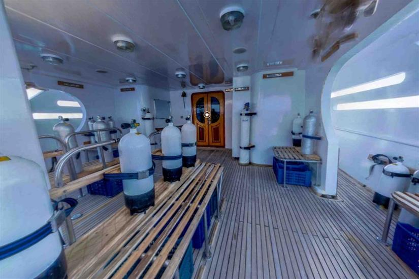 Blue Pearl dive deck area