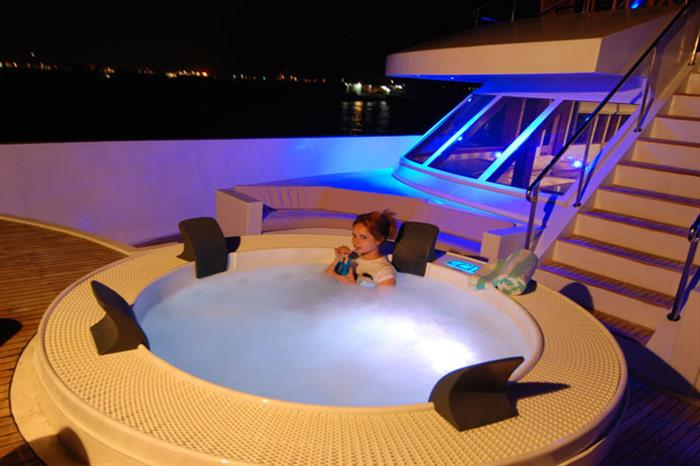 MV Leo Liveaboard - Hot Tub