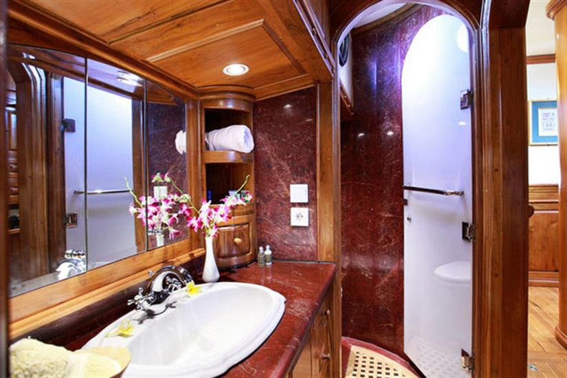 All cabins are en-suite - Adelaar Indonesia