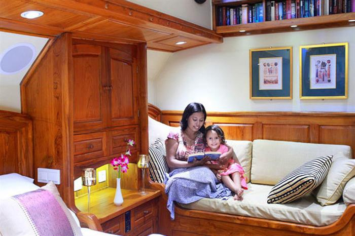 Comfortable cabins with sofas - Adelaar Liveaboard