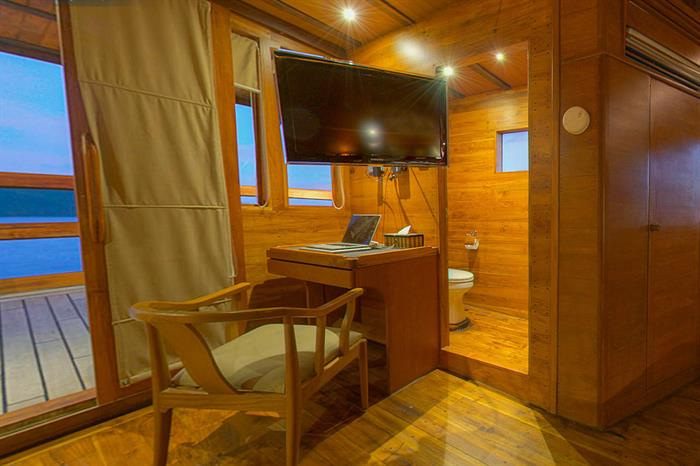 Flatscreen TV and En-Suite toilet in Master Cabin 6