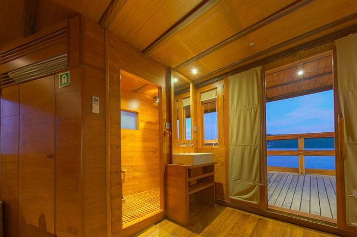 Separate private shower room - Master Cabin 6
