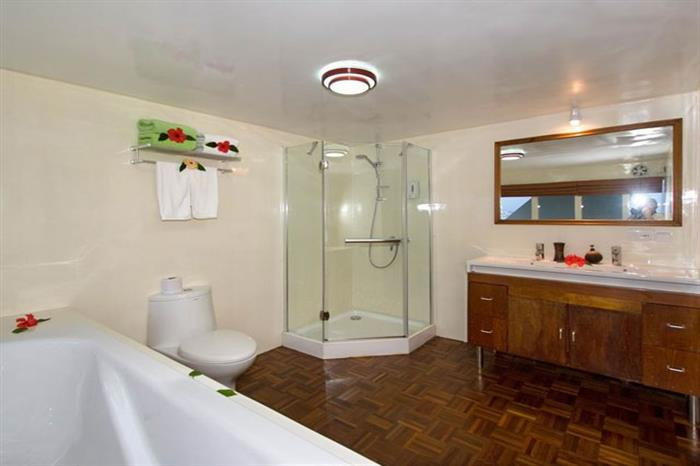 Suite En-Suite Bathroom - MV Carpe Vita