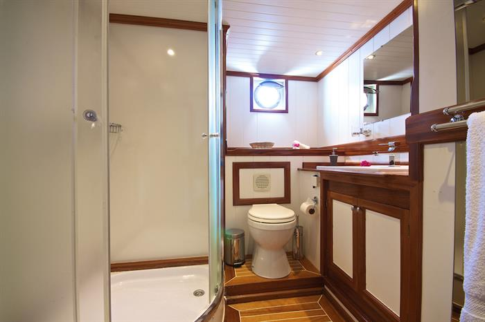En-suite cabin bathrooms - Galatea Liveaboard