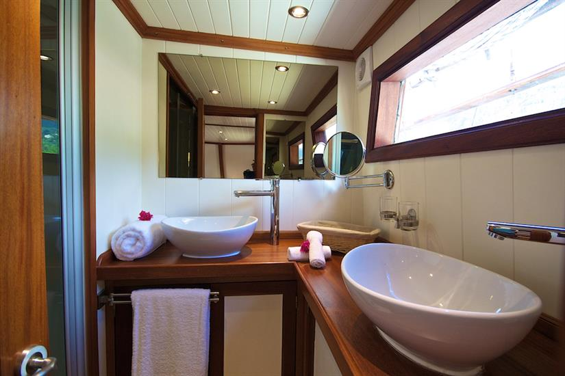 Galatea Liveaboard - Master suite bathroom facilities