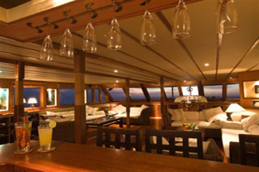 Bar & Lounge Area - Ocean Divine