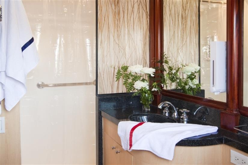 En-suite bathroom - Galapagos Sky