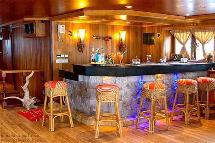 Enjoy apres-dive drinks at the bar on Princess Dhonkamana