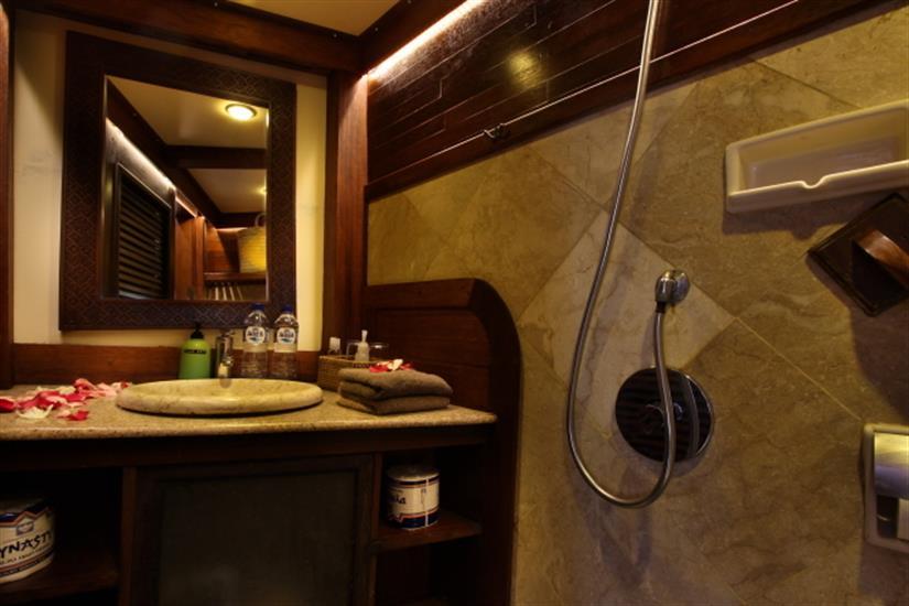 En-suite facilities onboard Katharina Liveaboard