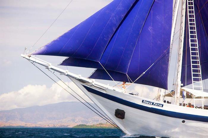 Ombak Putih sailing the Indonesian waters