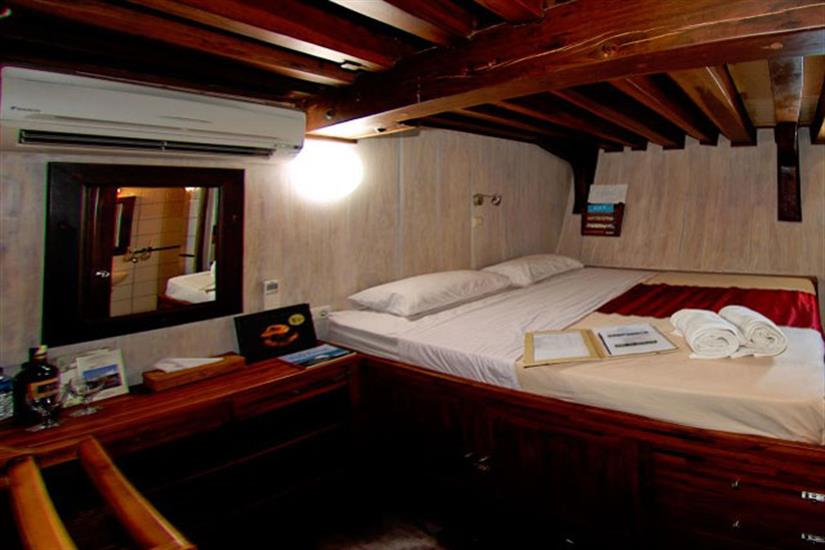 Double stateroom with King bed - Seven Seas Liveaboard