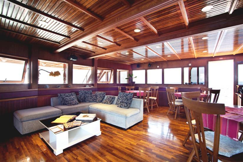 Indoor lounge area - Conte Max