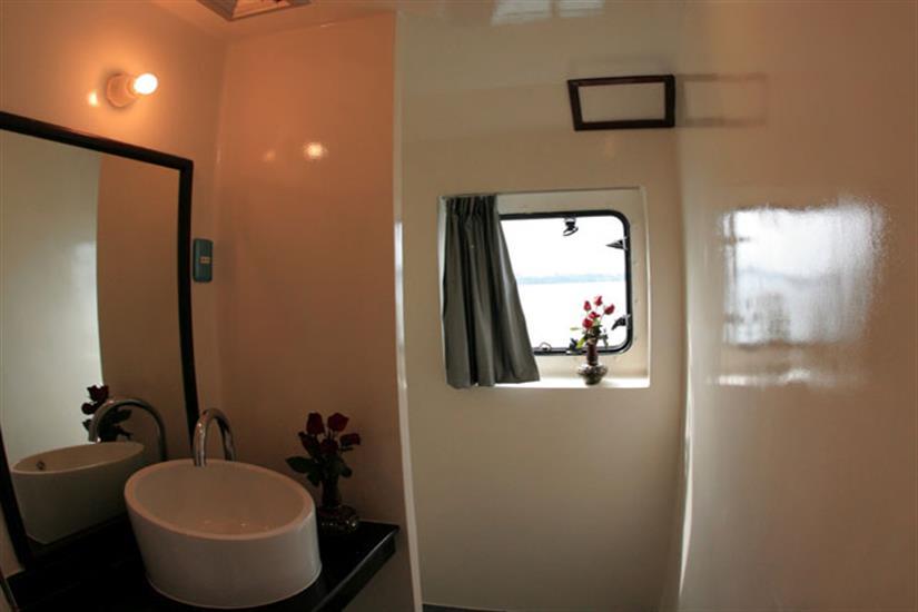 En-suite bathroom - Panunee Liveaboard