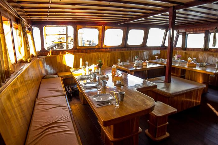 Euphoria Liveaboard - Salon/Dining area with bar