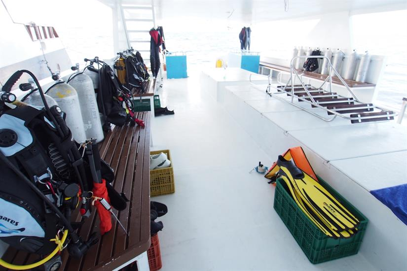 Dive deck on the Dhoni - Fun Azul