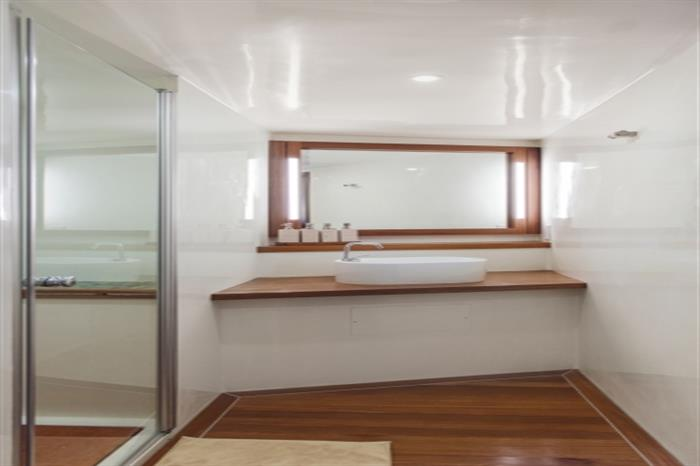 Scubaspa Yang Liveaboard En Suite Bathroom