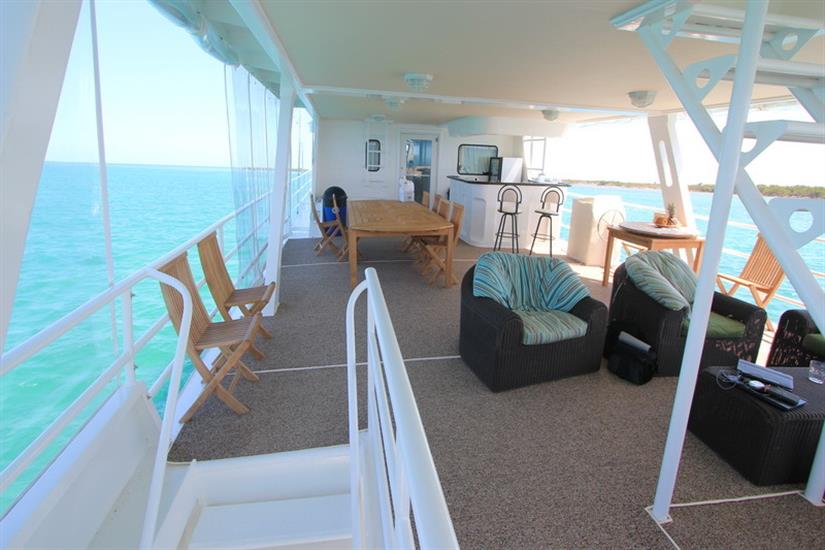 Main deck open air lounge and bar area - Avalon I