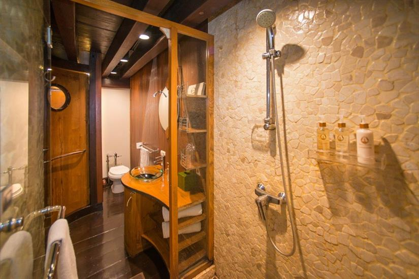 Dewi Nusantara Liveaboard Indonesia Bathroom