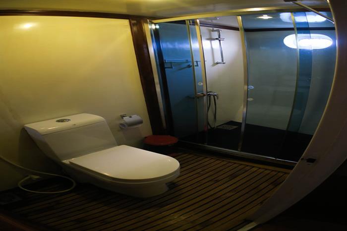 Manta Cruise Liveaboard Ensuite Bathroom