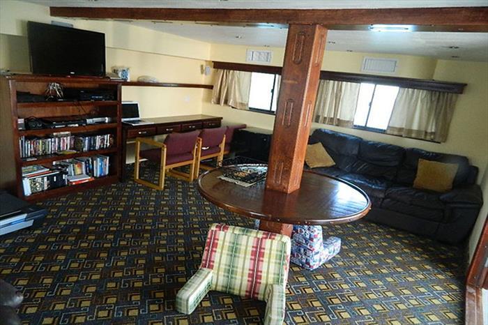 Indoor lounge with entertainment - Rocio del Mar