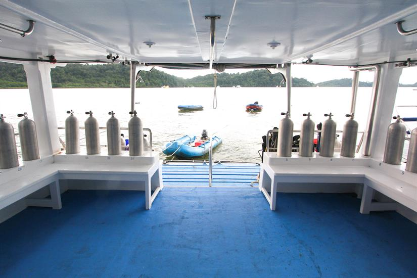 Spacious dive deck - Manta Queen 1