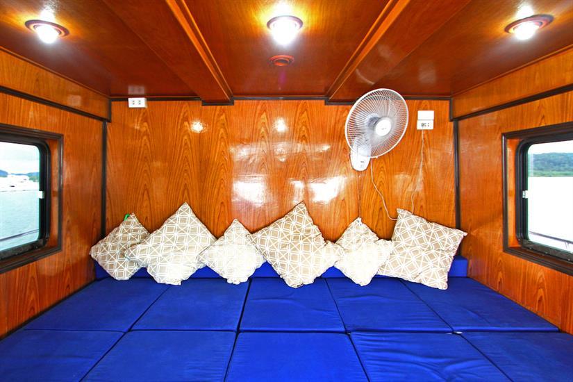 Indoor lounge area - Manta Queen 2