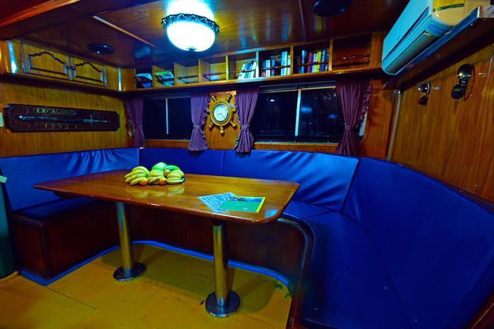 Salon/Lounge Area - Manta Queen 6