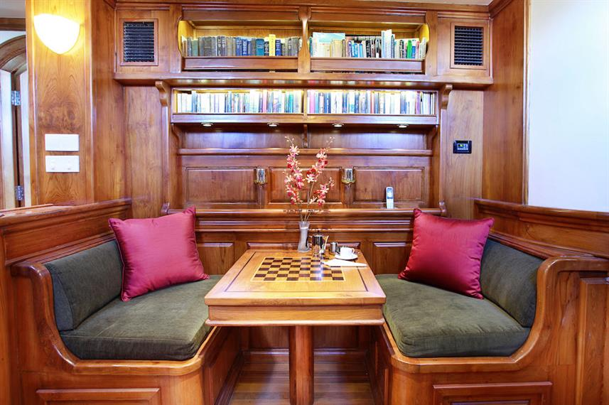 Indoor salon and library - Adelaar Liveaboard