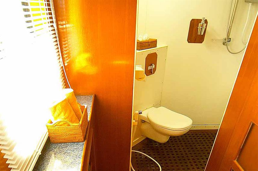 Mermaid I Liveaboard n-Suite Bathrooms