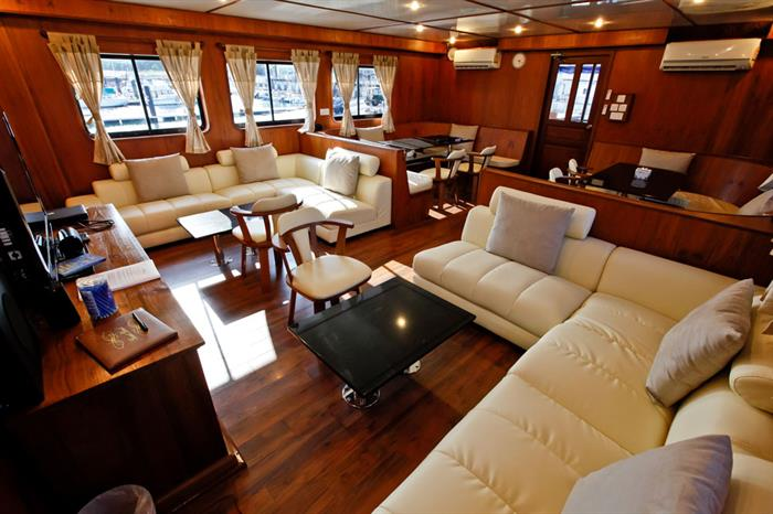 Indoor salon - Raja Manta Liveaboard