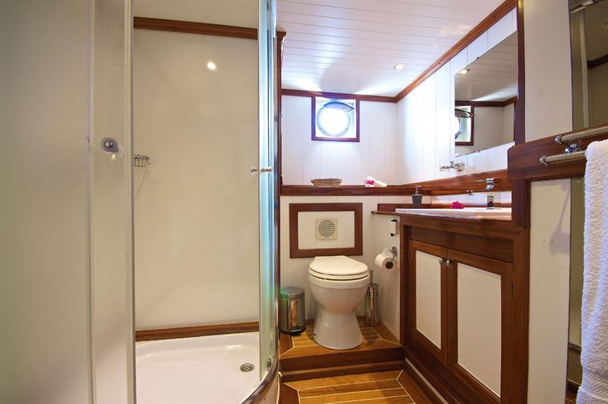 #en-suitebathroom - Galatea Live Aboard