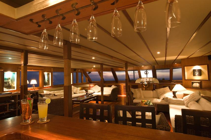 Bar and Lounge Area - Ocean Divine