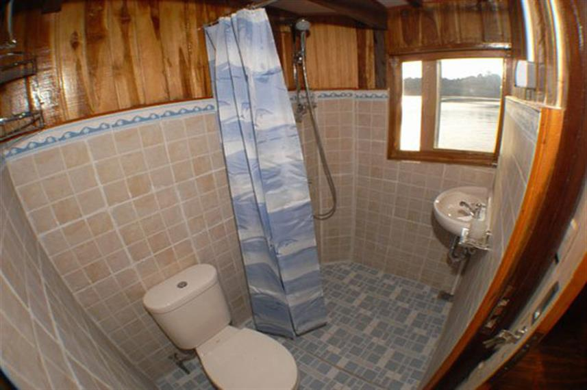 En-suite bathroom - Sunshine Liveaboard