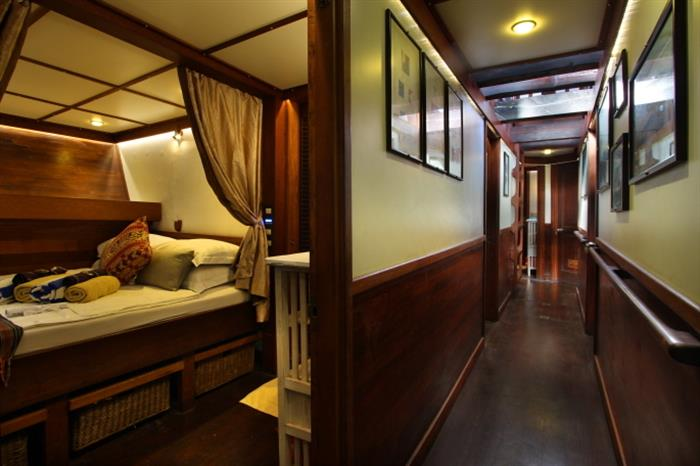 Double cabin and lower deck corridor