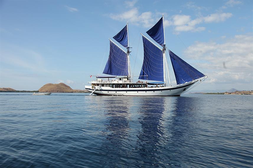 Sails Up! - Ombak Putih liveaboard Indonesia