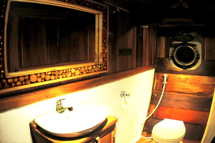 En-Suite Bathroom - Calico Jack Liveaboard