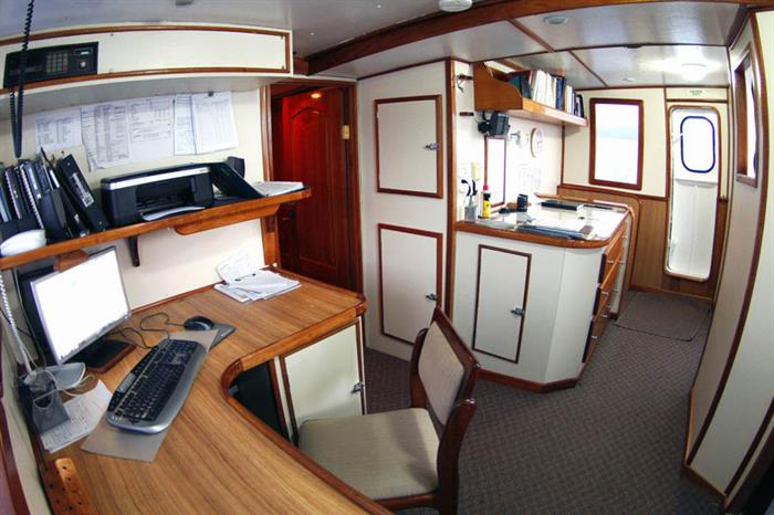 Sea Hunter Liveaboard Bridge
