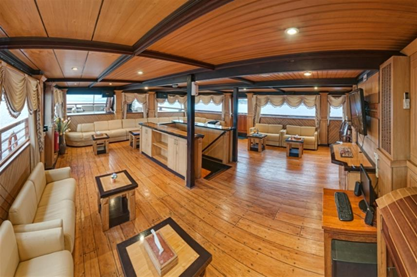 Spacious lounge area - Sea Safari 8