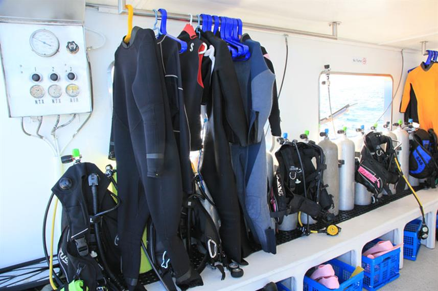 Dive deck with gear storage space