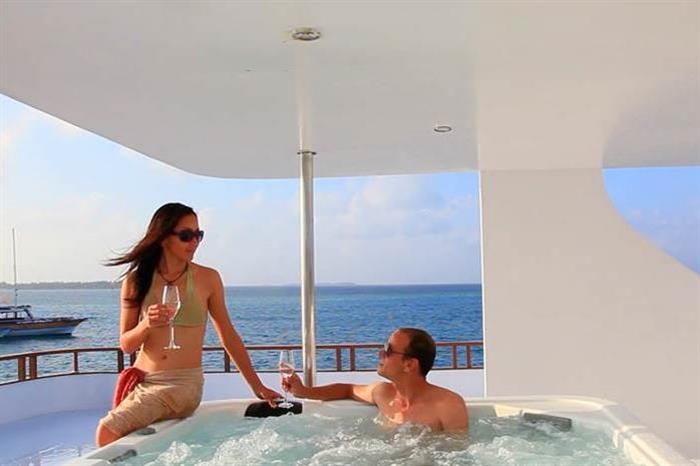 Relax in the Hot Tub/Jacuzzi onboard Fun Azul