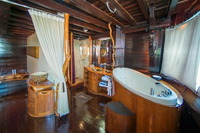 Bathroom - Dewi Nusantara Liveaboard Indonesia