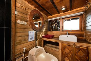 La Galigo Master Cabin Bathroom