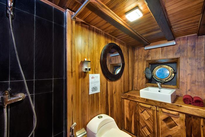 Deluxe Bathroom - La Galigo Liveaboard