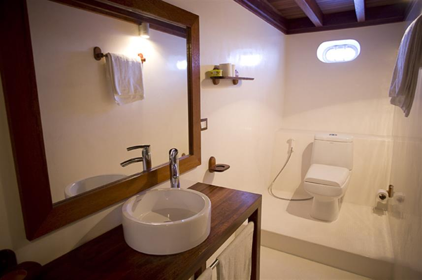 En-Suite Bathroom - Princess Haleema Liveaboard Maldives