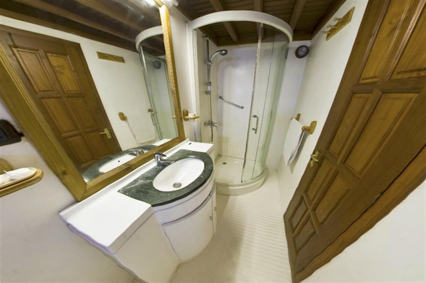 Cabin Bathrooms - Moonima Liveaboard