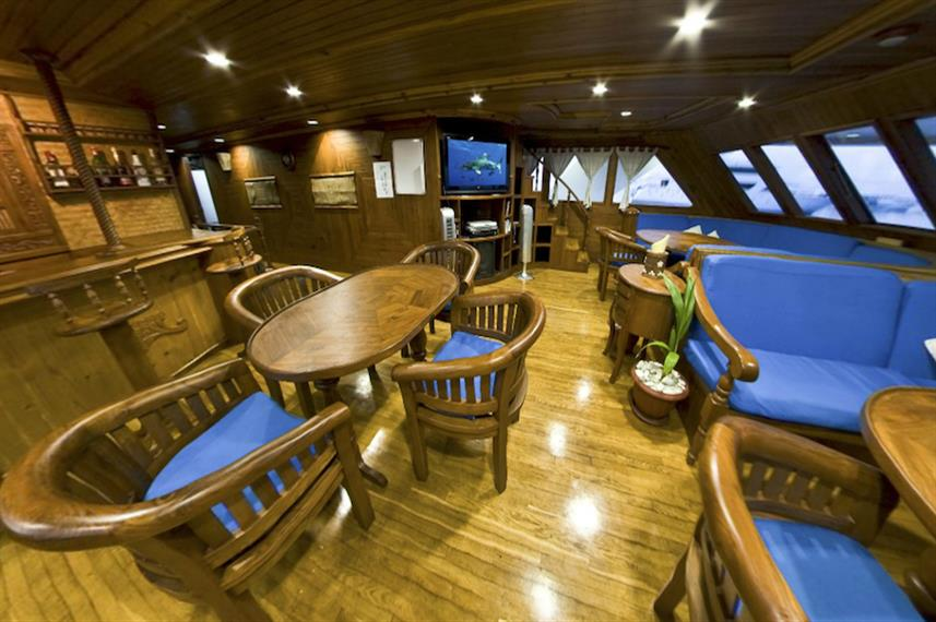 Main Saloon - Moonima Liveaboard
