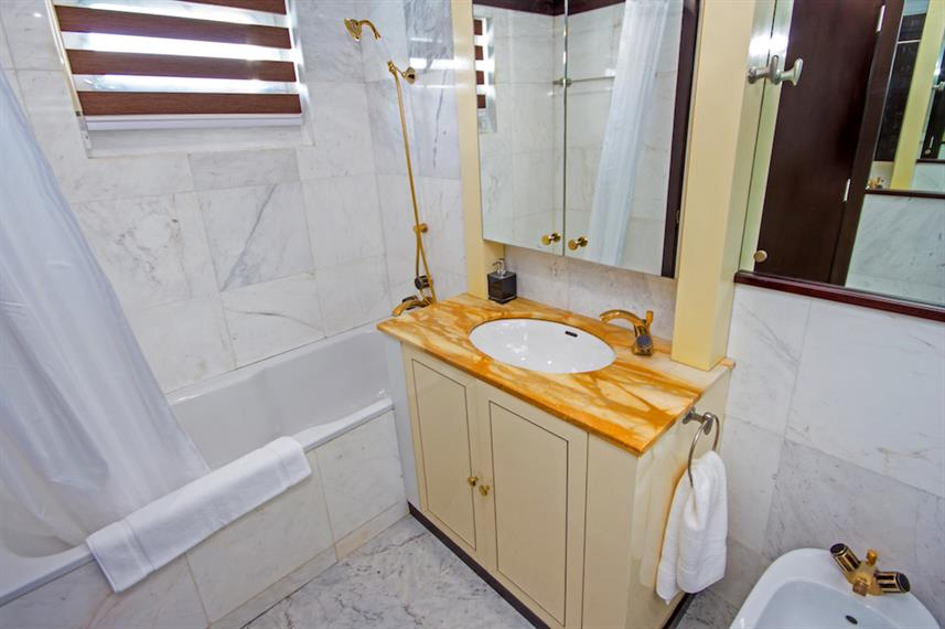 Stateroom En-suite bathroom - MY Passion Galapagos