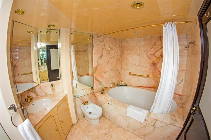 En-Suite bathroom to the Master Suite - MY Passion Galapagos