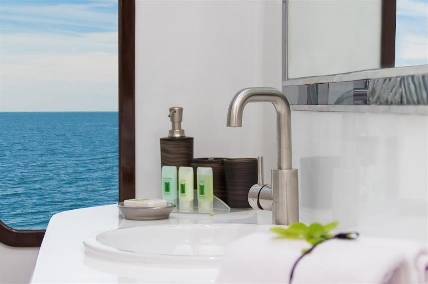 En suite bathroom - Natural Paradise Yacht Galapagos