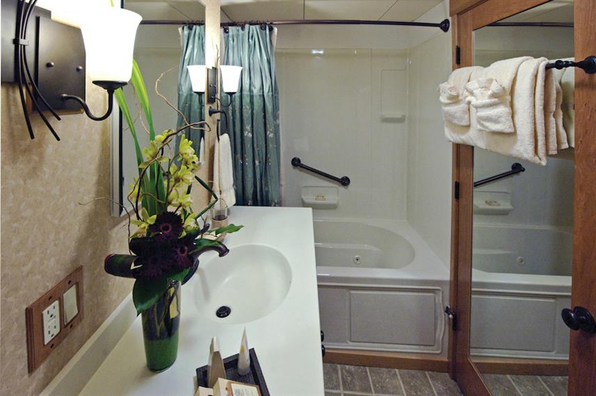 Commodore Suite Bathroom - Safari Explorer